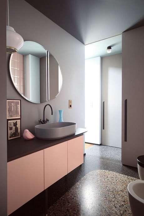 11. Decoração clean para banheiro feminino rosa e cinza com espelho redondo bisotado – Foto: Pinterest
