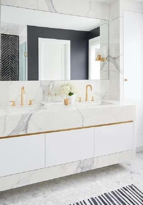 14. Decoração sofisticada para banheiro feminino branco com bancada de mármore e detalhes em dourado – Foto: Decorpad