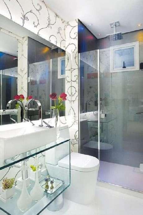 15. Banheiro feminino decorado com bancada de vidro e papel de parede – Foto: Portal Decoração