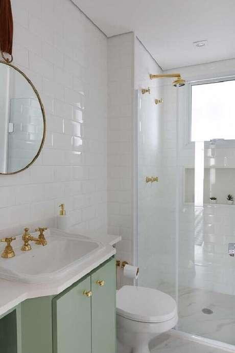 16. Delicada decoração de banheiros femininos todo branco com detalhes em dourado e armário verde claro – Foto: Casa de Valentina