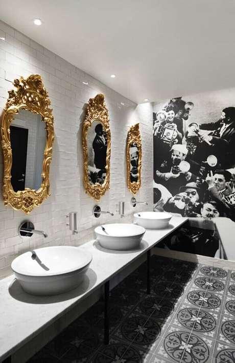 17. O espelho veneziano com moldura dourada deu um toque bem sofisticado no banheiro feminino moderno decorado em preto e branco – Foto: Pinterest