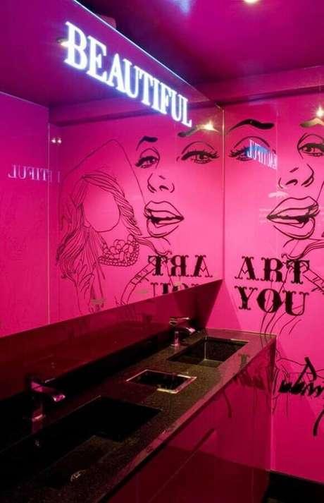 21. Decoração moderna para banheiro feminino com parede pink e bancada preta – Foto: We Heart It