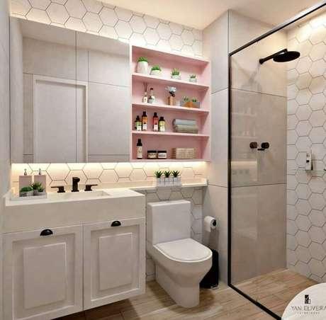 22. Decoração delicada para banheiro feminino moderno com revestimento em formato hexagonal e nichos cor de rosa claro – Foto: Yan Oliveira