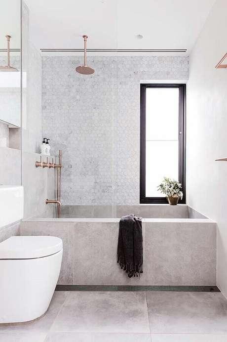 27. Banheiro feminino todo branco decorado com detalhes em rose gold para um toque delicado no ambiente – Foto: Mi Casa