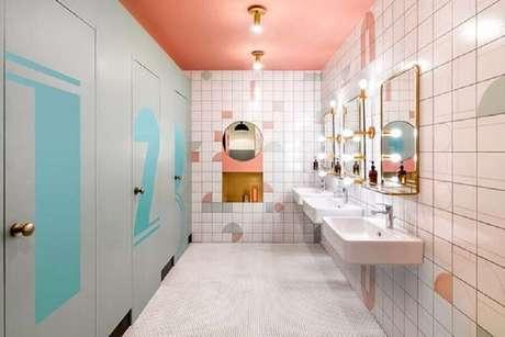 7. Decoração para banheiro feminino coletivo clean com espelho bem iluminado e com tons de rosa e azul – Foto: Lopes Dias Arquitetura