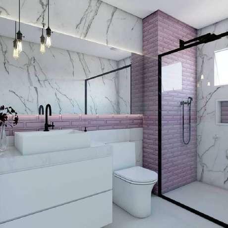 29. Os detalhes em preto deixaram o banheiro feminino com um setilo mais moderno – Foto: Pinosy