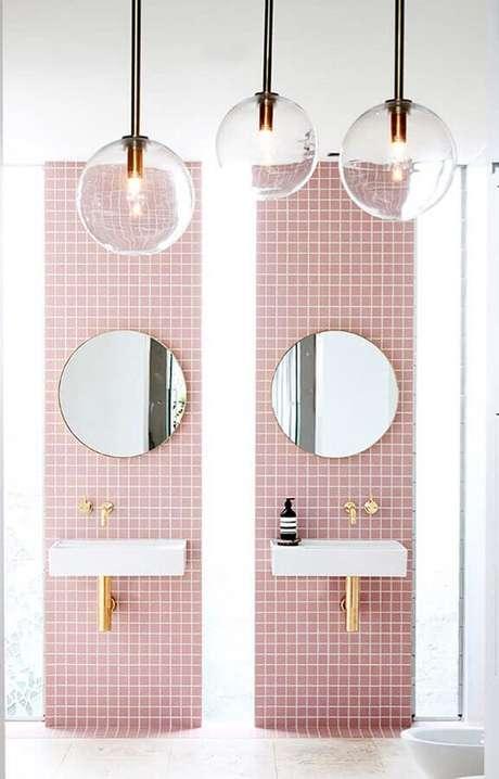 31. Banheiro feminino rosa decorado com detalhes em dourado e estilo minimalista – Foto: Lonny