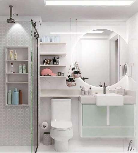 6. Decoração para banheiro feminino e masculino bem clean com revestimento branco e cinza e vasinhos rose gold pendurados – Foto: Bruna Barbieri