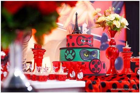 75. Bolo de festa ladybug e Cat Noir – Por: Espaço Jump Festa