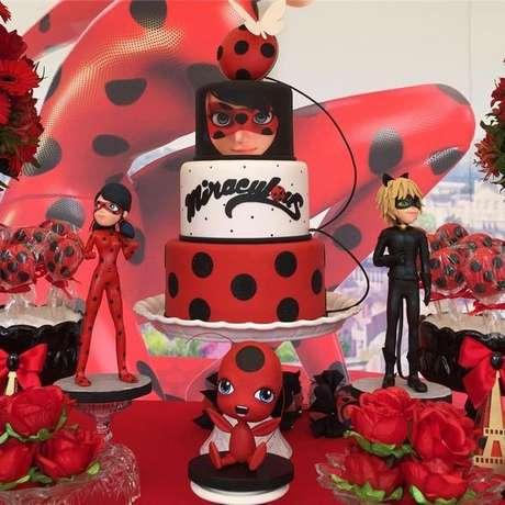 1. Bolo para festa ladybug – Por: Pinterest