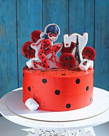 5. Bolo de festa ladybug com topo da personagem – Por: Pinterest