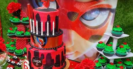 11. Festa de aniversário ladybug com detalhes decorativos lindos e cupcake – Por: Pinterest