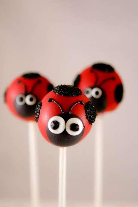 17. Cake pop de joaninha para decorar a mesa de guloseimas da festa ladybug – Por: Pinterest