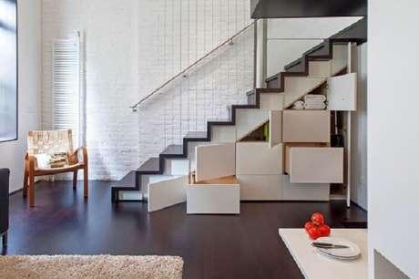 10. Casas pequenas com escadas na sala apresentam design reto. Fonte: Pinterest