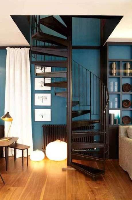 11. Casas pequenas com escadas na sala geralmente tem formato de caracol. Fonte: Pinterest