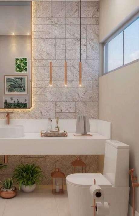 39. Decoração moderna para banheiro feminino com detalhes em rose gold, pendente minimalista e bancada branca – Foto: Ideias Decor