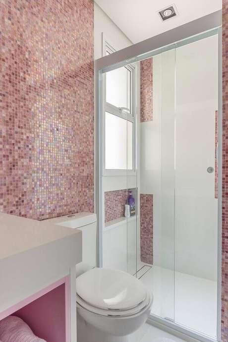 40. Decoração de banheiro feminino com pastilhas cor de rosa – Foto: Blog da Cyrela
