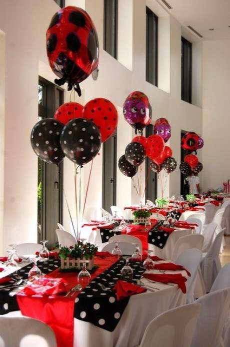 6. Decoração de festa ladybug com toalha de poá – Por: Catch My Party