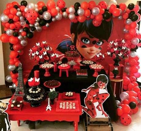 25. Decoração de festa ladybug com painel da personagem – Por: Pinterest