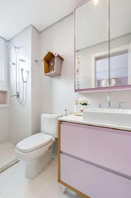 43. Decoração delicada para banheiro feminino todo branco com detalhes em lilás e nicho em formato de casinha – Foto: Greisse Panazzolo