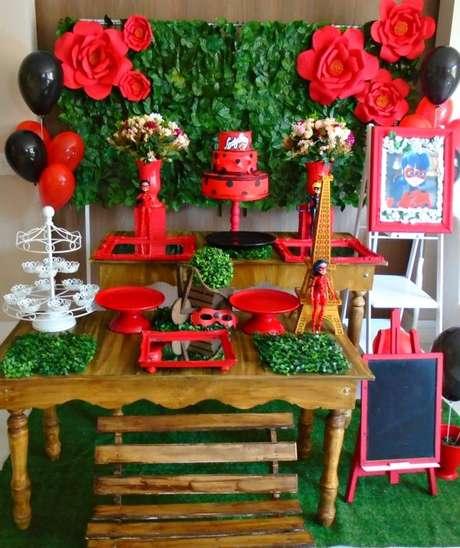 27. A decoração de festa ladybug cores vermelhas e preta – Por: Pinterest