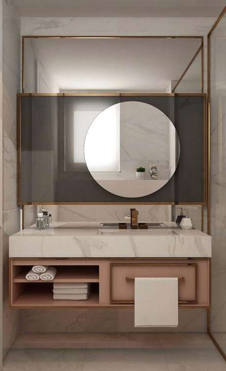 45. Decoração moderna para banheiro feminino com armário rosa e espelho redondo – Foto: Pinosy
