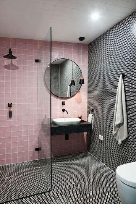 47. Banheiro feminino moderno decorado com revestimento rosa e preto – Foto: Caesarstone