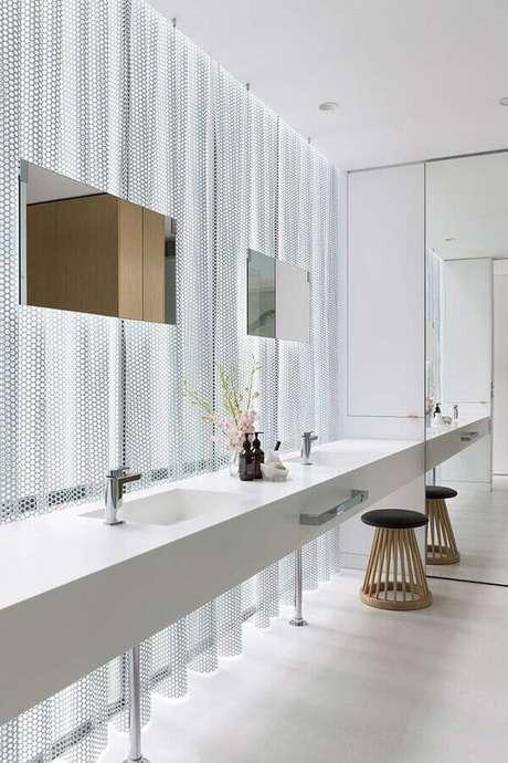 48. Banheiro feminino todo branco com decoração bem moderna – Foto: Home Decor Ideas