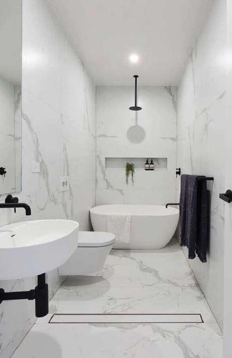 51. Os detalhes em preto deixaram o banheiro feminino todo branco com um estilo contemporâneo – Foto: Home Fashion Trend