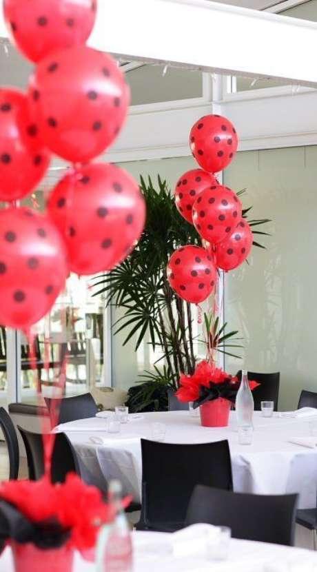 31. A decoração para festa ladybug pode ter muitos balões – Por: Super Festa Infantil