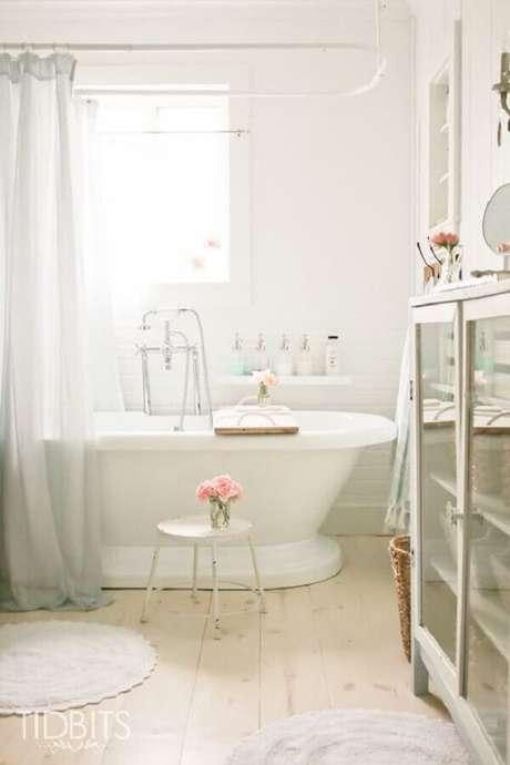 52. Decoração romântica para banheiro feminino todo branco com banheira pequena – Foto: TidBits