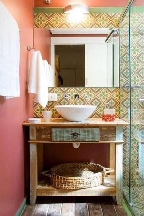 53. Decoração simples para banheiro feminino com azulejo antigo e parede rosa – Foto: Levitrabook