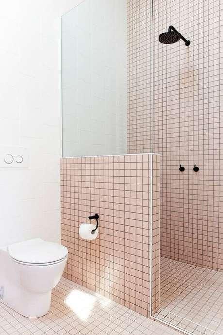 54. Decoração simples e minimalista para banheiro branco e rosa com detalhes pretos – Foto: Pinosy