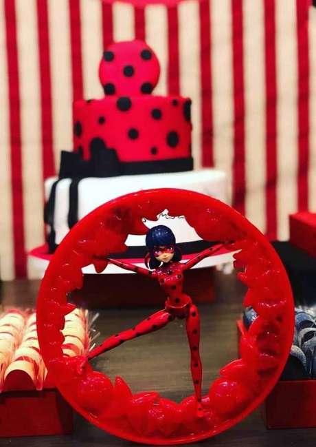 34. Use bonecos e brinquedos da festa ladybug para decorar todos os detalhes – Por: Pinterest