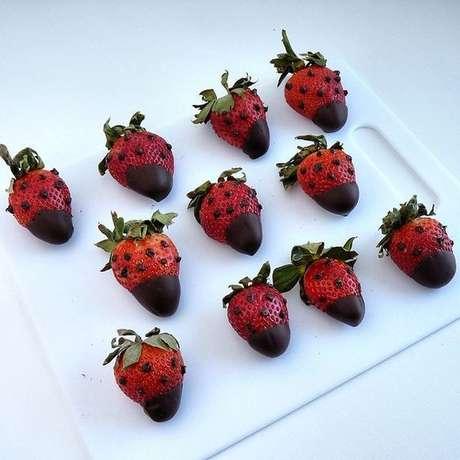 37. Docinhos para festa ladybug feito de morango e chocolate – Por: Pinterest