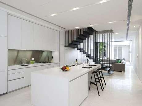 3. Sala com escada e cozinha americana apresentam uma decoração harmônica. Fonte: Pinterest