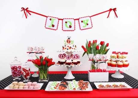 39. Festa ladybug vermelha com toalha de poá e detalhes de joaninha – Por: Decor Fácil