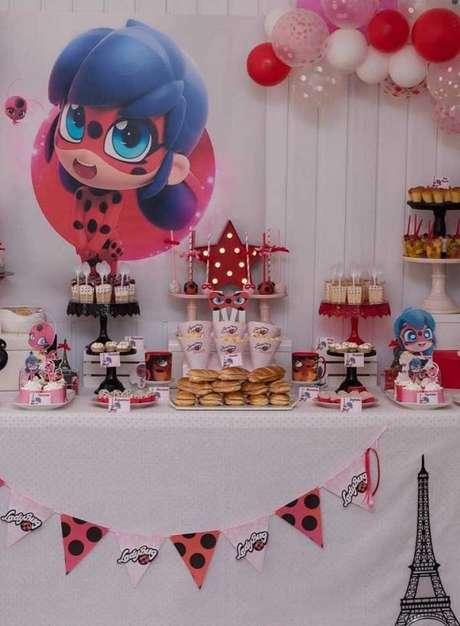 43. Mesa de doces inspirada no desenho Miraculous – Por: Pinterest