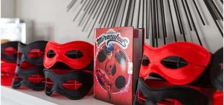 48. Festa ladybug com máscaras vermelha e preto – Por: Pinterest