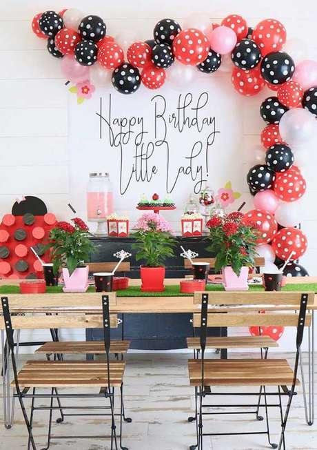 8. Balões vermelho, rosa, preto e branco com bolinhas brancas para decorar a festa ladybug – Por: Karas Party Ideas