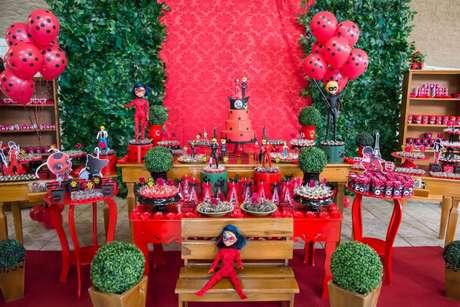 58. Festa ladybug com bonecos e doces personalizados para as crianças levarem de lembrancinha – Por: Pinterest