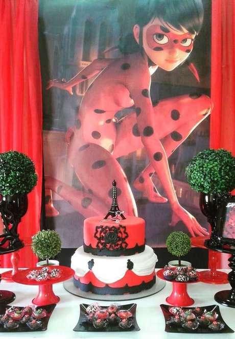 59. Festa ladybug com painel para decorar a festa – Por: Pinterest