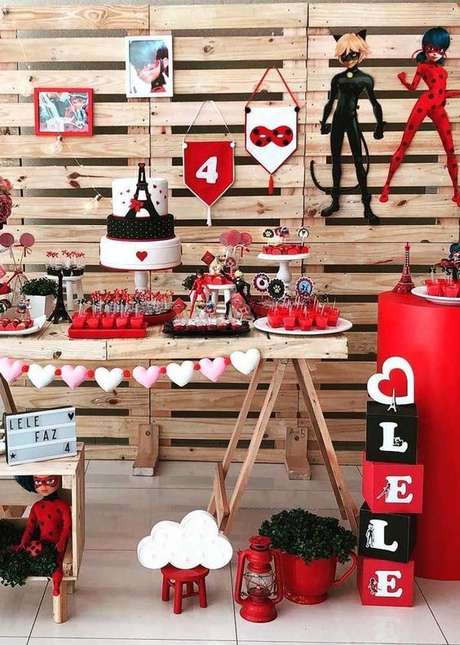 64. Festa ladybug com painel de paletes – Por: Pinterest