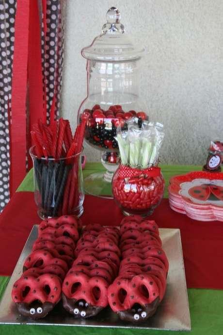 40. Festa ladybug com doces personalizados na mesa de guloseimas – Por: Pinterest