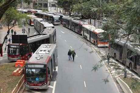 Prefeito de São Paulo aponta greve de ônibus como locaute; entenda