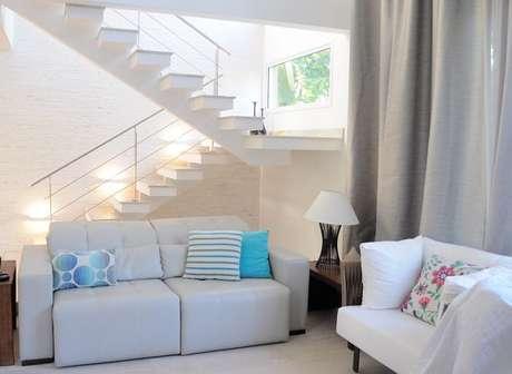 14. Sala com escada branca e guarda corpo de ferro. Projeto por DPR Revestimentos