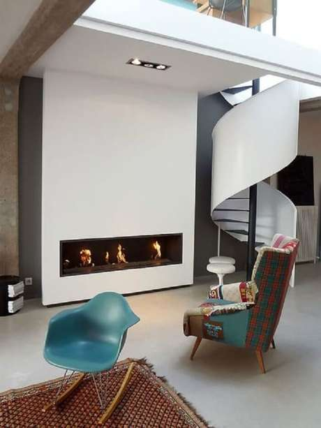 18. Sala com escada caracol branca e poltronas coloridas. Fonte: Pinterest