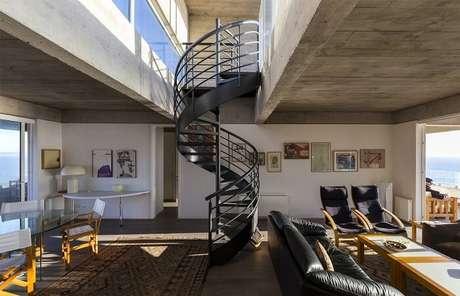 2. Sala com escada caracol em tom preto se destaca na decoração. Fonte: Pinterest
