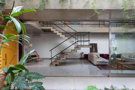 23. Sala com escada de concreto e corrimão de ferro. Fonte: Pinterest