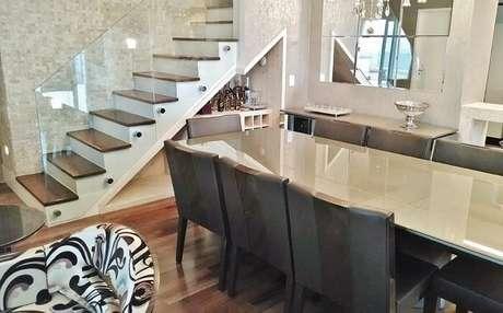 26. Sala com escada de madeira e guarda corpo de vidro. Projeto por Patricia Aguiar & Gustavo Petinati